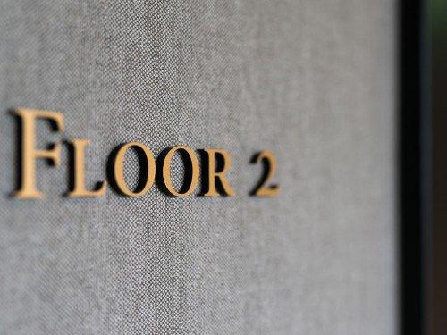 Signing – bewegwijzering, wayfinding, gevelstyling, exterior signage, in verlichte doosletters, reclamezuilen, totem signs, in hout en messing voor Hotel Pillows Zwolle