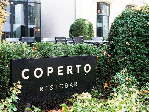 Coperto resto bar in Hotel pillows Zwolle, totem sign, bewegwijzering, wayfinding op een reclamezuil, gemaakt door Iwaarden