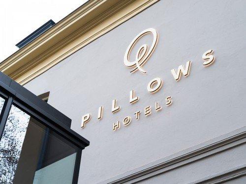 signing met lichtreclame, illuminated signage, wayfinding voor op hotel Pillows in Zwolle, gemaakt door Iwaarden