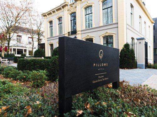 signing, totem sign, reclamezuil voor Hotel pillows in Zwolle. wayfinding, laat jouw hotel opvallen door Iwaarden