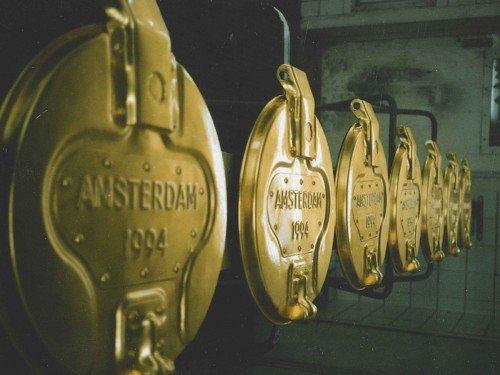 Signing, letters vergulden, gilding, kunstproject met vuilnisemmers gemaakt van goud, gemaakt door Iwaarden