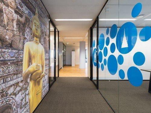 Glasdecoratie en wandbekleding voor sfeer op kantoor, met print op glas, naadloos behang en textielframe