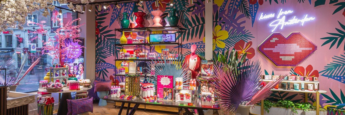 Wall in flagship store Rituals Amsterdam is colourful selfie wall, realized by Iwaarden as a mural