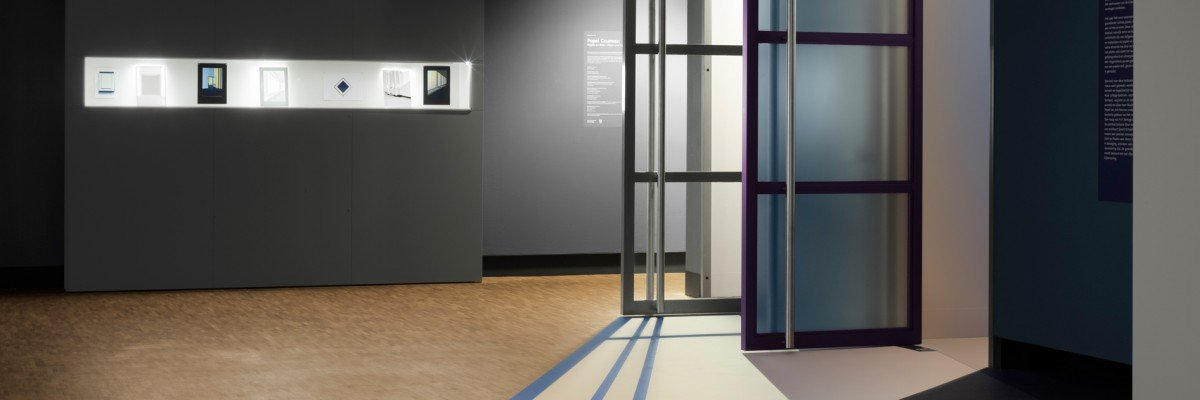 Decoraties voor tentoonstelling Popel Coumou in Fotomuseum Den Haag, uitgevoerd door Iwaarden op wanden en vloer van museum