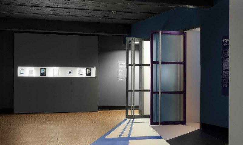 Decorations for exposition Popel Coumou in Photo Museum Den Haag, uitgevoerd door Iwaarden op wanden en vloer van museum
