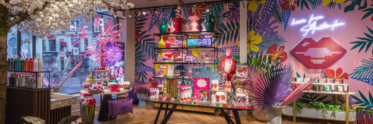 Wall in flagship store Rituals Amsterdam is a colourful selfie wall, carried out as mural by Iwaarden