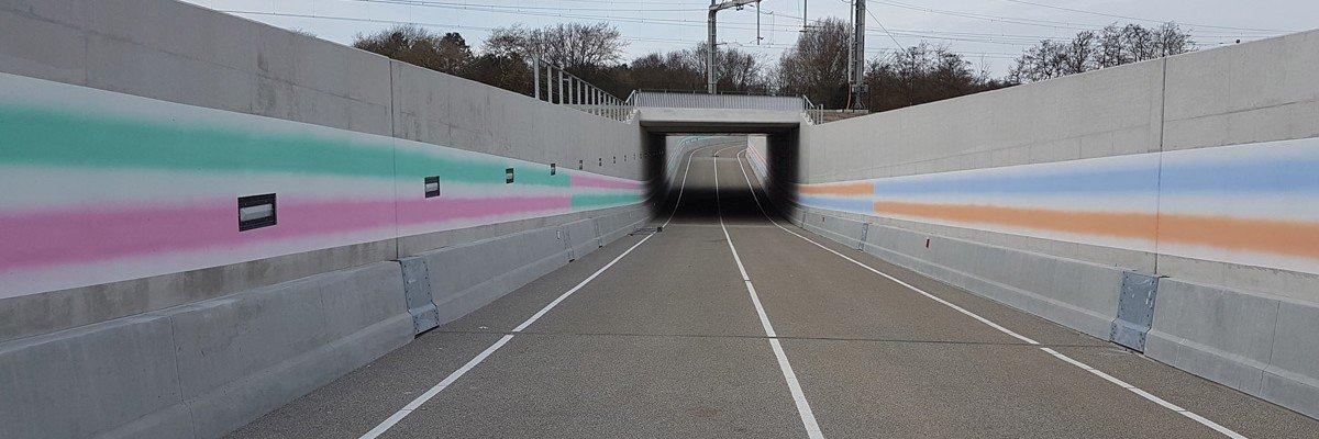 Kunstwerk Roland Schimmel op wanden onderdoorgang spoorlijn, door Iwaarden uitgevoerd als muurschildering