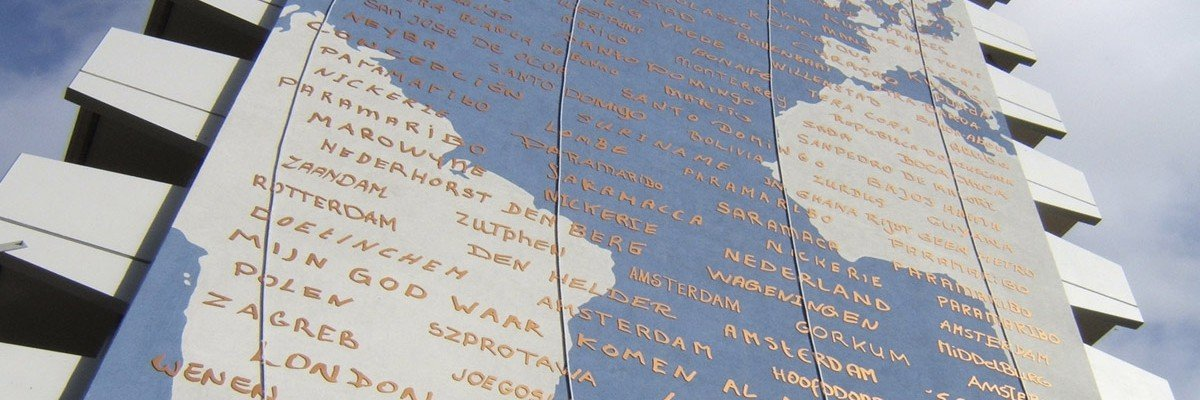 Kunstwerk Marieken Verheyen op Bijlmerflat Amsterdam, werelddelen als muurschildering, meridianen in neon en tekst gefreesd