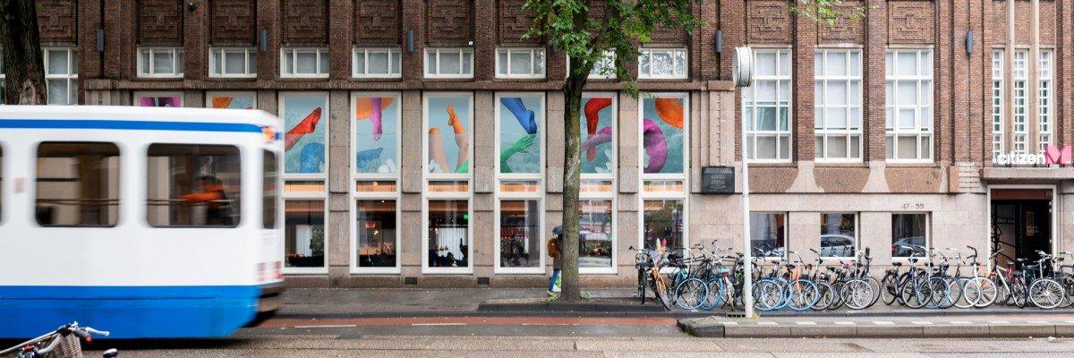 Kunst in CitizenM - Fotokunst Freudental Verhage op glas, kunstwerk Pinar & Viola op plafond en kunstprint Pablo Lucker op wanden.