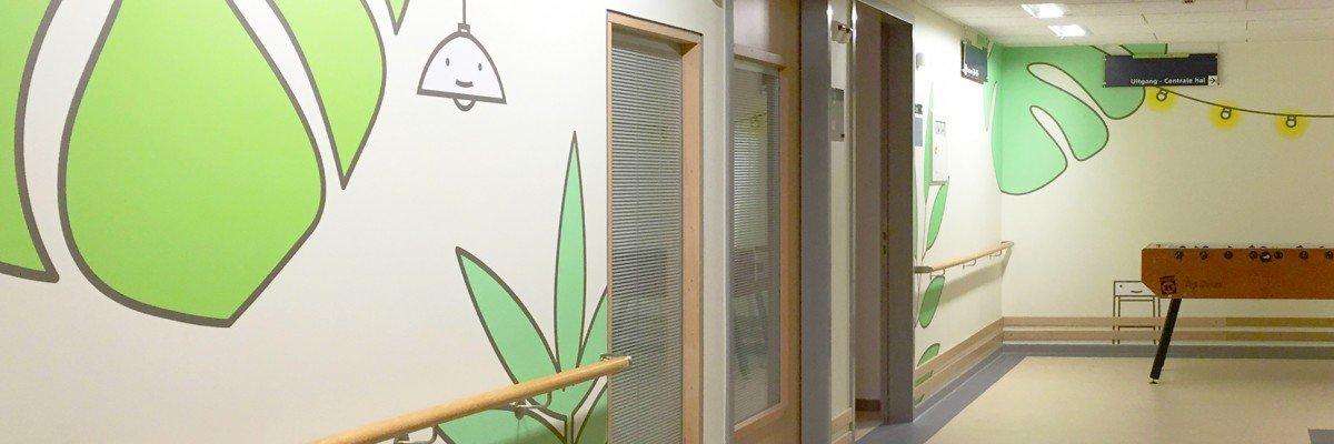 Ontwerp Aam Solleveld uitgevoerd door Iwaarden op wanden Westfriesgasthuis in print op pvc vrij naadloos behang