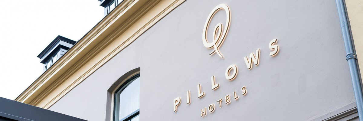 Signing – routing, facade styling in illuminated channel letters, advertising pillars in wood and brass Hotel Pillows Zwolle