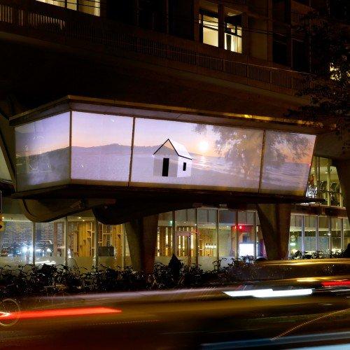 Kunst in de openbare ruimte – Fotografische installatie Popel Coumou op glazen wand in Amsterdam