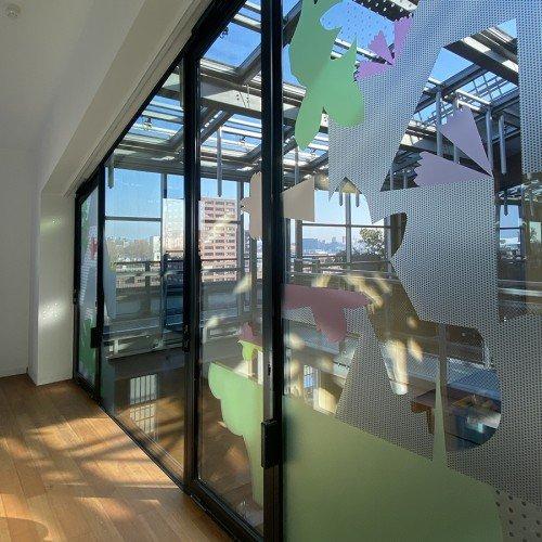 kunstwerk anuli croon door iwaarden geprint op glasfolie voor glazen wand