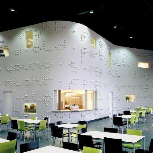 Typografisch kunstwerk Martijn Sandberg uitgevoerd in beton op gevel school