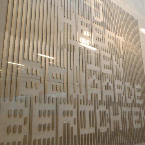 Typografisch kunstwerk in rvs van Martijn Sandberg in Synagoge Amsterdam