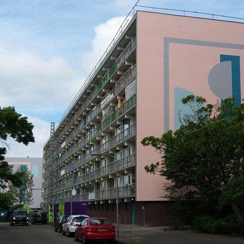 Kunstwerk Nicole Martens door Iwaarden uitgevoerd als muurschildering op kopgevels flatgebouwen Haarlem