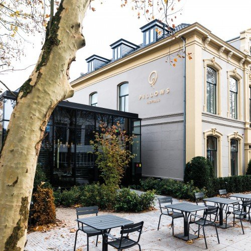 Signing – bewegwijzering, gevelstyling in verlichte doosletters, reclamezuilen in hout en messing voor Hotel Pillows Zwolle