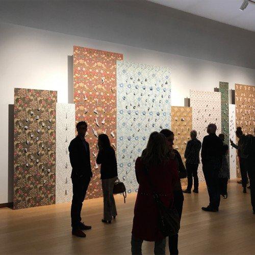 Decoraties van behang en groot formaat print op wanden en panelen tentoonstelling Walid Raad in Stedelijk Museum Amsterdam