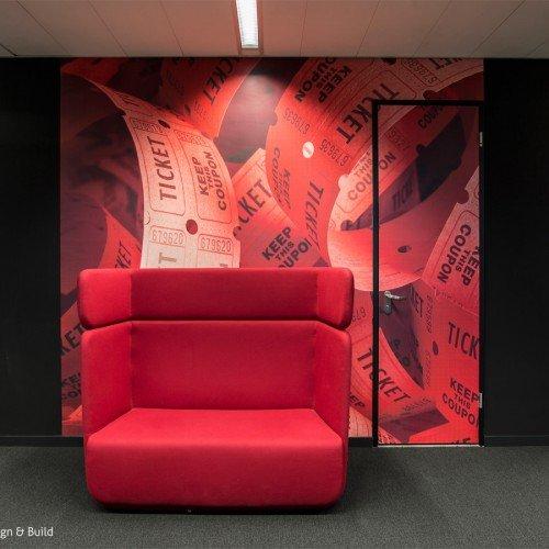 Print op naadloos behang en textielframe als wandbekleding voor inspirerende werkplek op kantoor